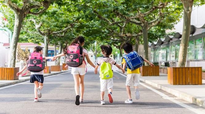 爸妈陪你上学